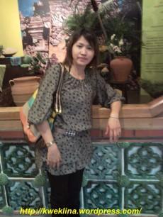 aku dengan latar, ruangan yang memajang barang-barang Indonesia